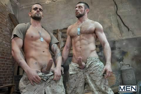 Des soldats obligs de se mettre nus ! 24Gay