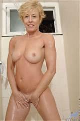 Chanel de Sadie blonde exhibe ses seins Cougar et obtient tout mouillé