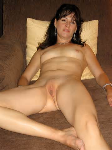 MILF Brunette Amateur Wife Nonny nue et se propager pour nous Nonny chatte