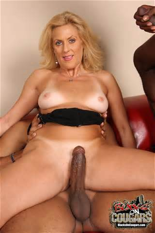 Cougar blonde MILF In Interracial Threesome DP des noirs sur les Cougars