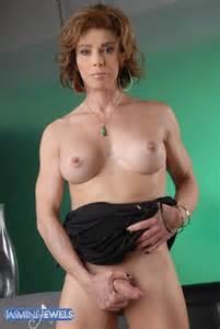 Bijoux HottieJasmine travesti mature caresse son Stiffy de Jasmine